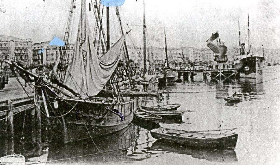 Muelle antiguo de Santander, blanco y negro, barcos de vela, barcas