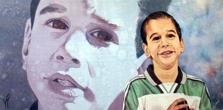 Retrato infantil en acuarela. Aparecen dos retratos del mismo niño, uno más grande en tonos azules, que sive de fondo.